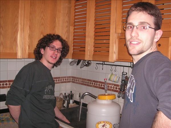 i nostri prodi eroi , pronti a prepare il nettare degli  Dei (io sono quello a destra, pizzetto, occhiali e capelli corti)