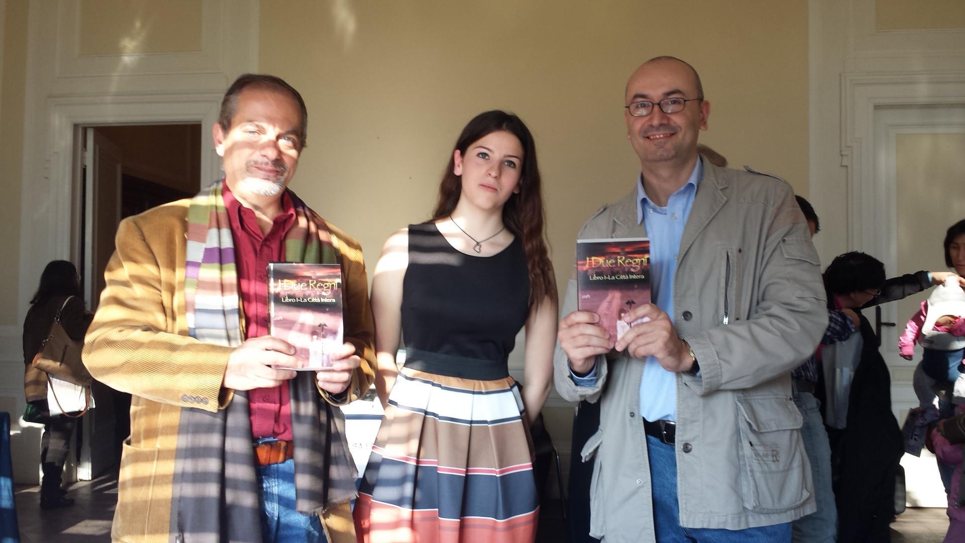 Due amici con la loro copia del libro